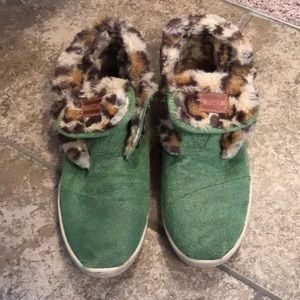 Green and Cheetah Print Faux Fur Lined Toms 8.5